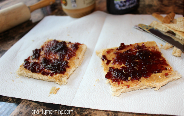 peanut-butter-and-jelly-sushi-snack-for-kids