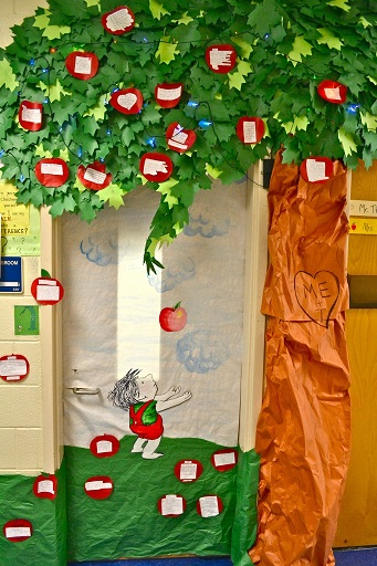 Fall door decoration ideas for the classroom crafty morning for Apple tree classroom decoration