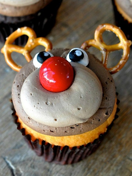 reindeer-cupcake-using-pretzels